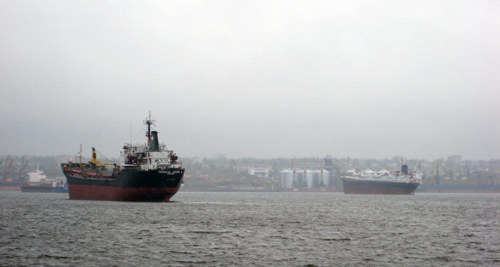 Іноземні вантажні судна на вимушеному простої