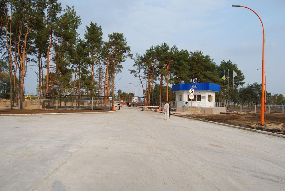 Бетонний майданчик при вїзді до комплексу та контрольно-пропускний пункт