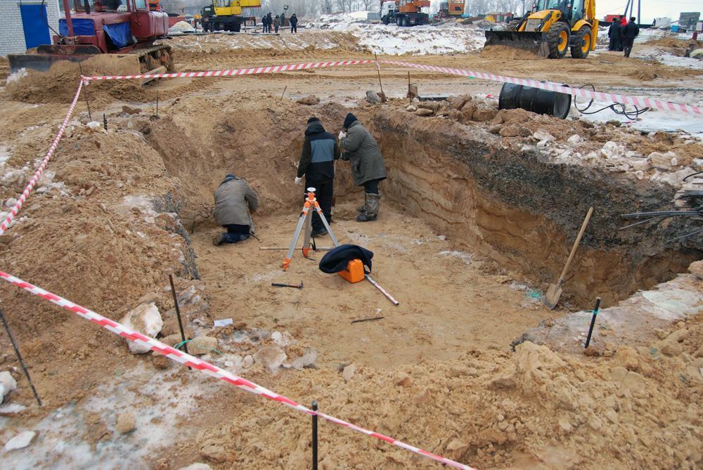 Риття котловану під будівництво санвузла