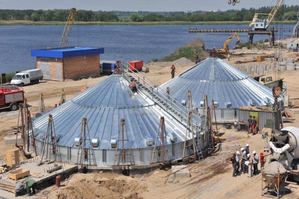 Зведення фундаментів, збирання зерносховищ