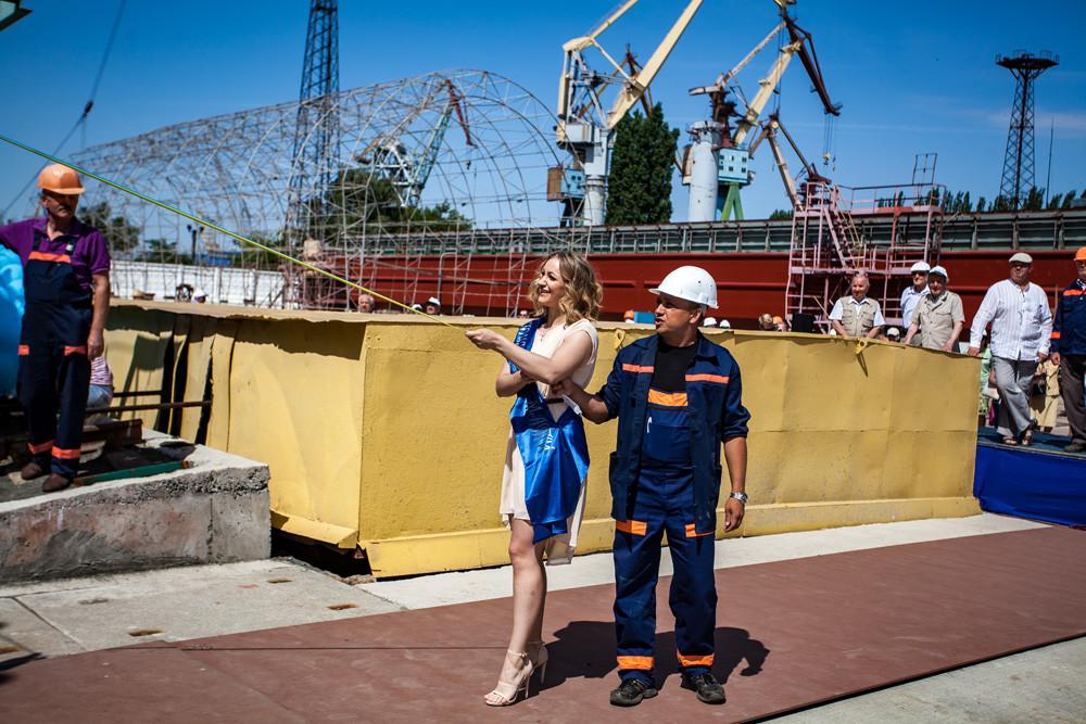Хрещена мати судна Інна Кузьміна  розбила пляшку шампанського о борт буксира