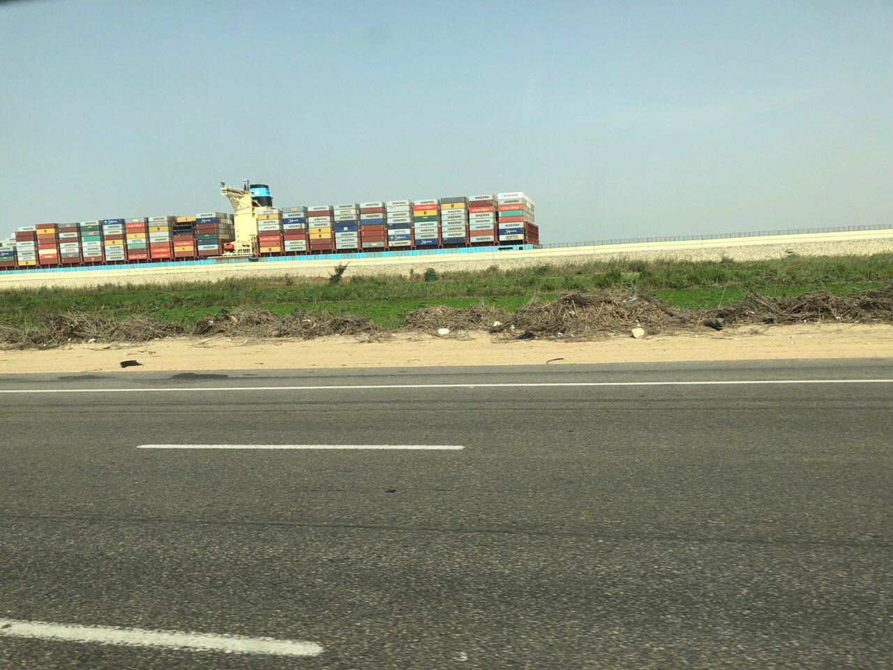 Контейнеровоз на Суецькому каналі