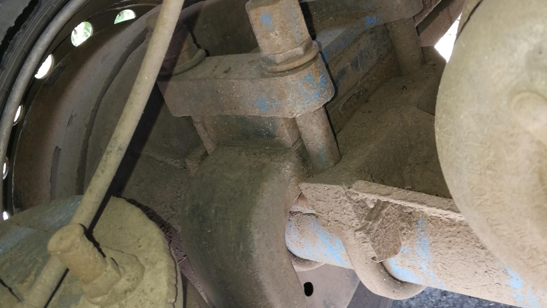 Повністю зношена гума та дефекти шин вантажівки