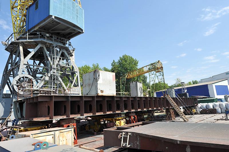 Будівництво самохідного перевантажувача проекту П-140