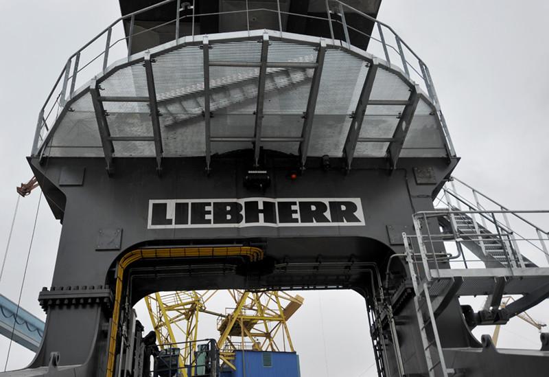 На заводі «НІБУЛОН» у розпалі монтаж потужного крана Liebherr
