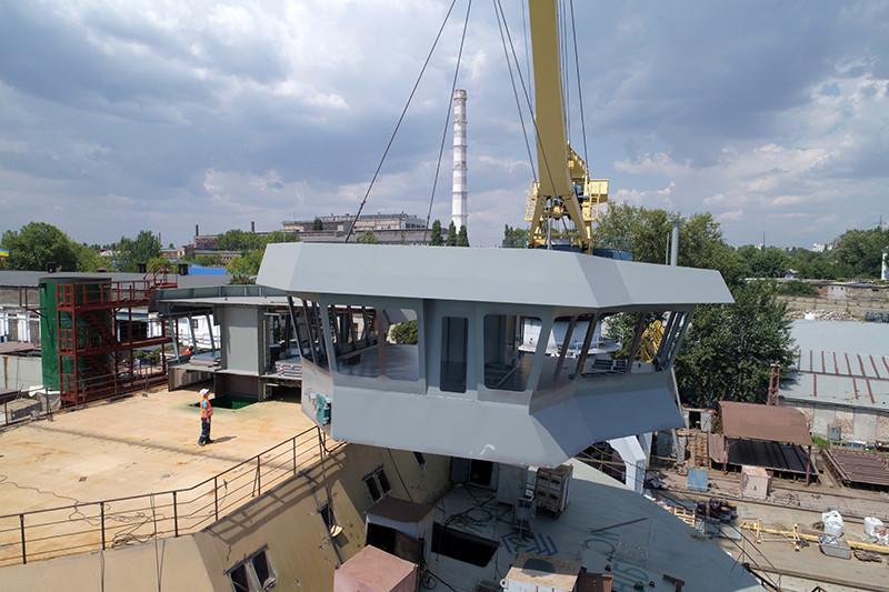 Встановлення секцій ходового містка на плавкрані пр. П-140