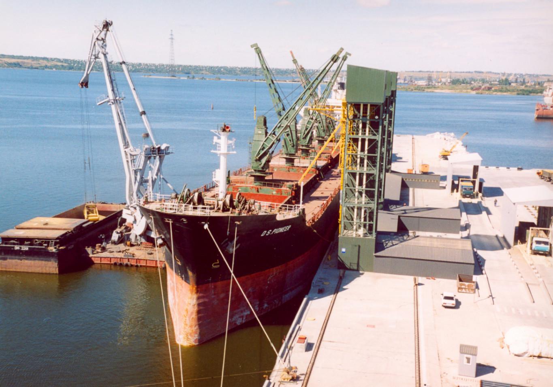 2003 рік – на перевантажувальному терміналі у Миколаєві завантажене перше кіпрське судно «D.S. PIONEER»