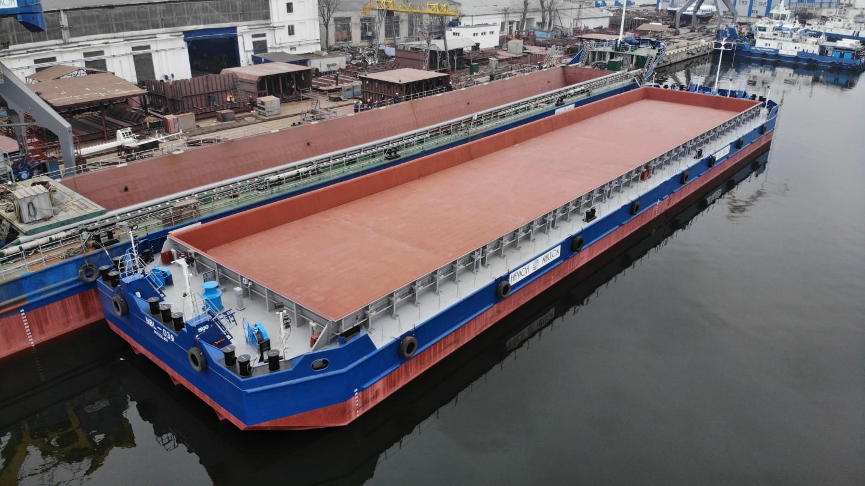Перше несамохідне судно-майданчик відкритого типу пр. В1500 (зам. 10035)