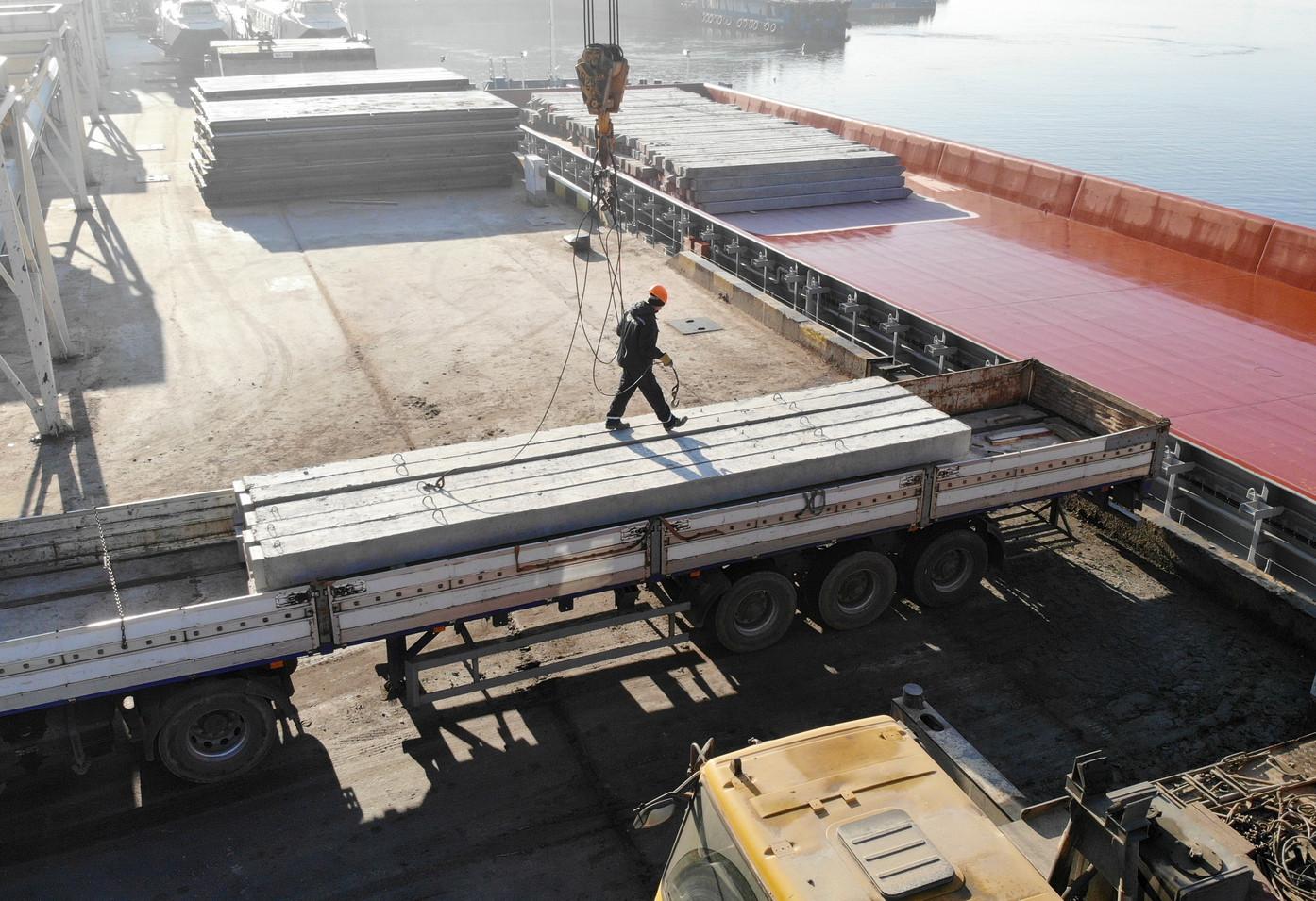 З 13 січня протягом трьох днів на причалі перевантажувального термінала в Миколаєві тривало завантаження нового судна будівельними палями