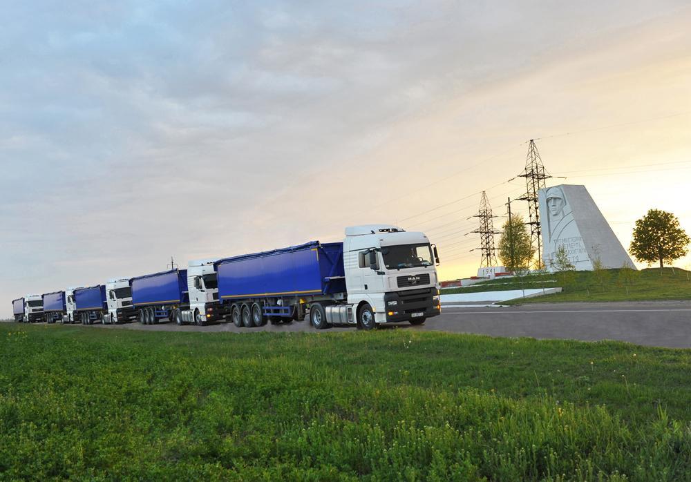 """Накануне праздника в Николаев прибыли недавно приобретенные новенькие """"нибулоновские"""" грузовики..."""