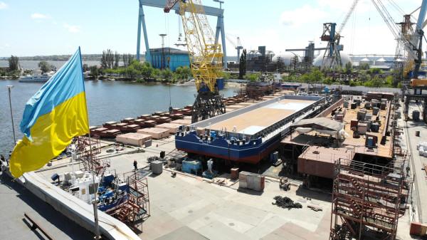 На суднобудівному заводі «НІБУЛОН» готують до спуску третє несамохідне судно-майданчик проєкту В1500