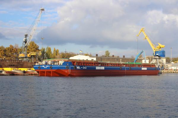 Нове 90-метрове несамохідне судно на воді