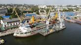 На судні NIBULON MAX  вже встановили  два 45-тонні крани